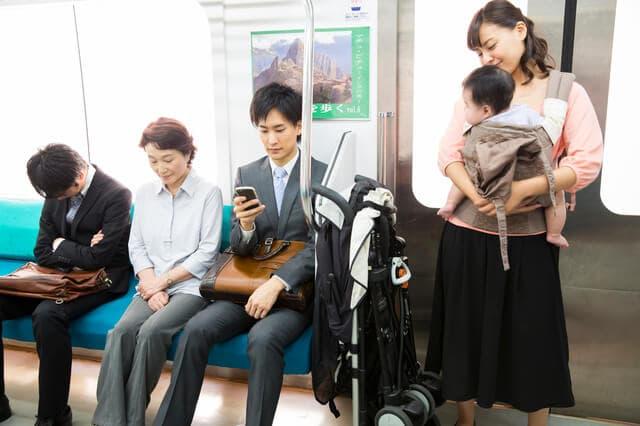 電車に乗る親子