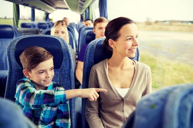 バスにのる親子