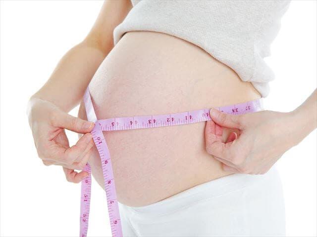 おなかを測る妊婦