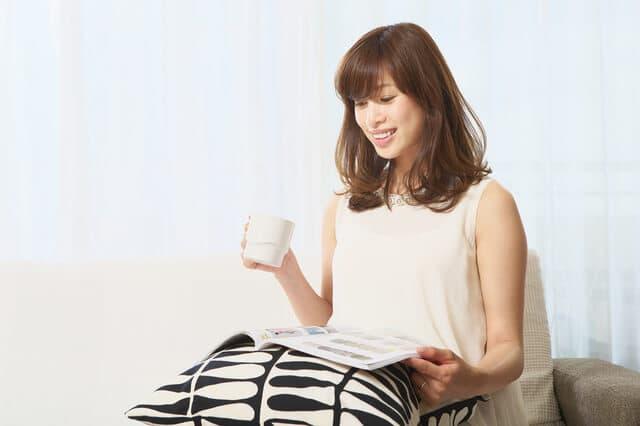 雑誌を読んでいる妊婦さん
