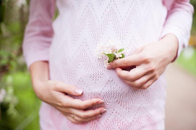 花をもつ妊婦
