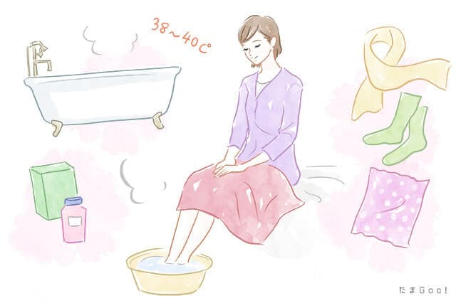 足を温める女性