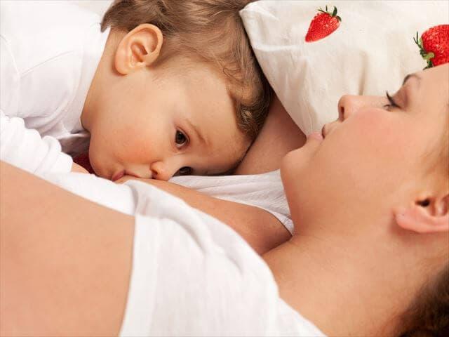 母乳を飲む1歳の子ども