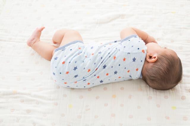 寝返りをする赤ちゃん