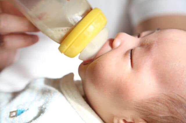 ミルクをよく飲む赤ちゃん
