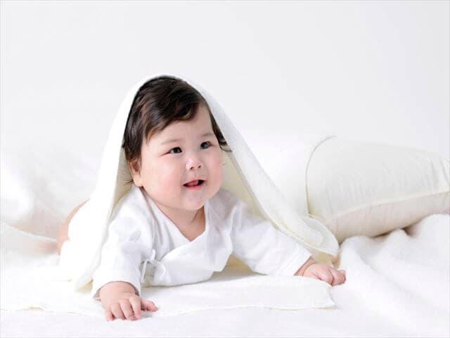 タオルをかぶる赤ちゃん