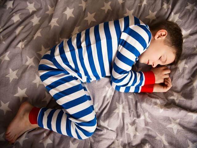 パジャマ姿の男の子