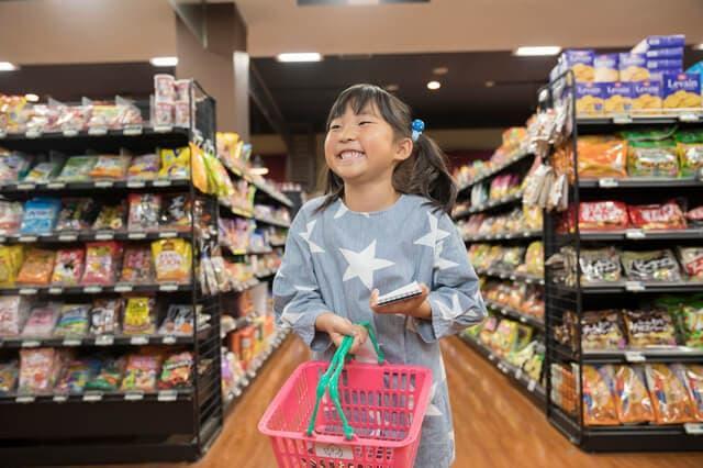 一人で買い物をする子ども
