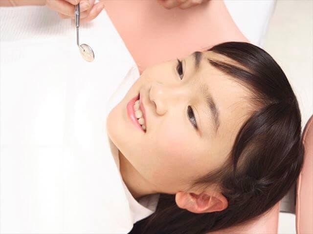 歯医者を受診する子ども