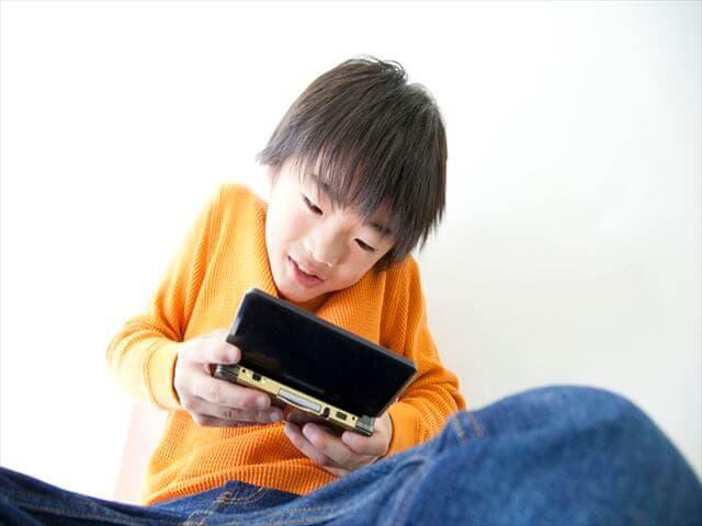 ゲームをする子ども