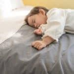 寝かしつけから解放!赤ちゃんのセルフねんねはいつからOK?