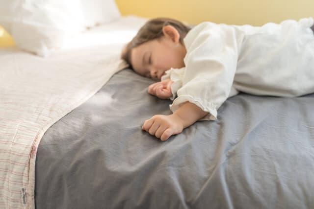 一人で寝る子ども