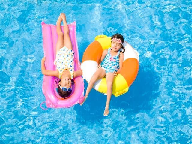 浮き輪で浮く子ども