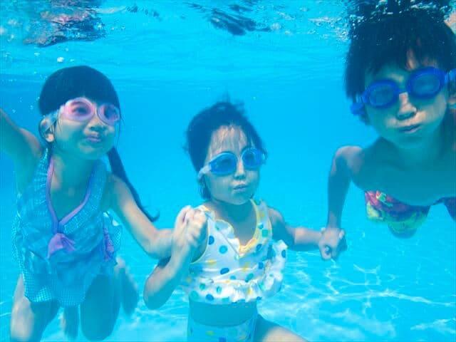 プールで遊ぶ子ども