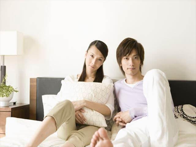 ベッドでリラックスする夫婦
