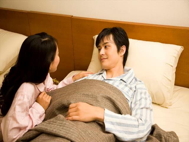 ベッドで話し合う夫婦