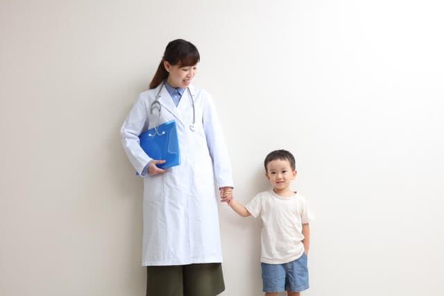手をつなぐ医者と子ども