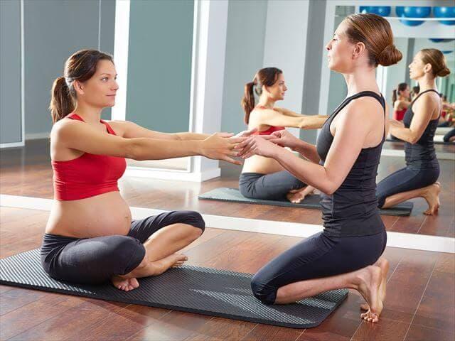エクササイズをする妊婦