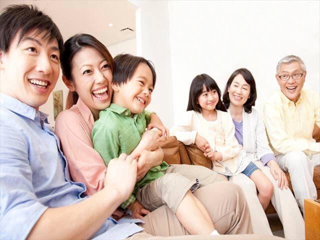 日本の映画を観る家族