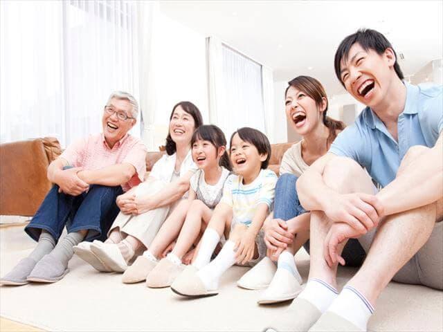 海外映画を観る家族