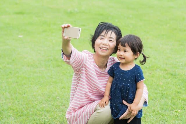 写真を撮るおばあちゃん