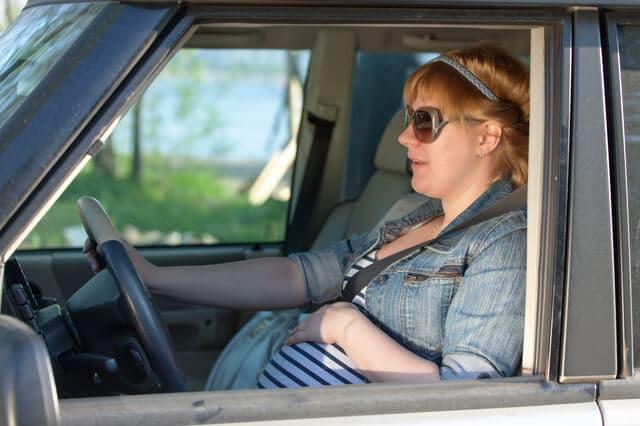 車に乗る妊婦