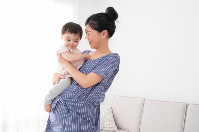子どもを抱く妊婦
