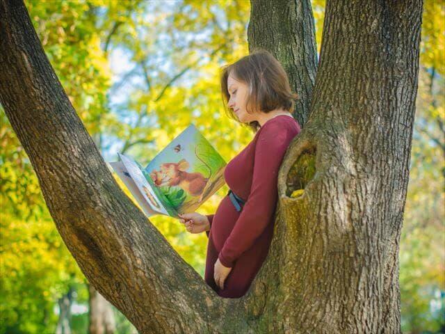 絵本を読む妊婦