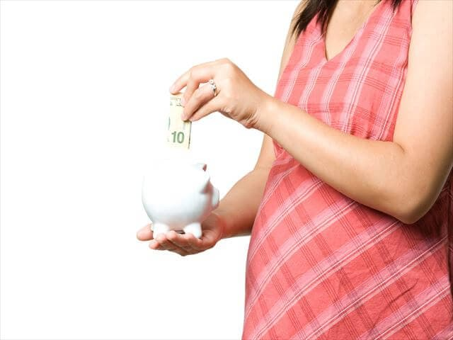 貯金をする妊婦