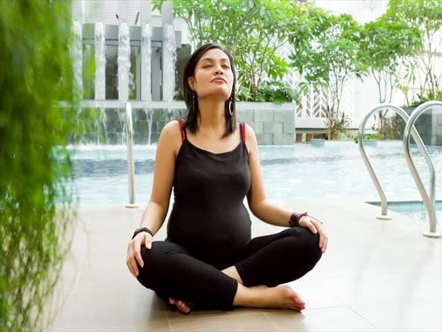 深呼吸をする妊婦