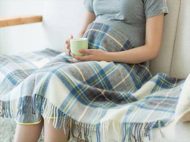 飲み物を飲む妊婦