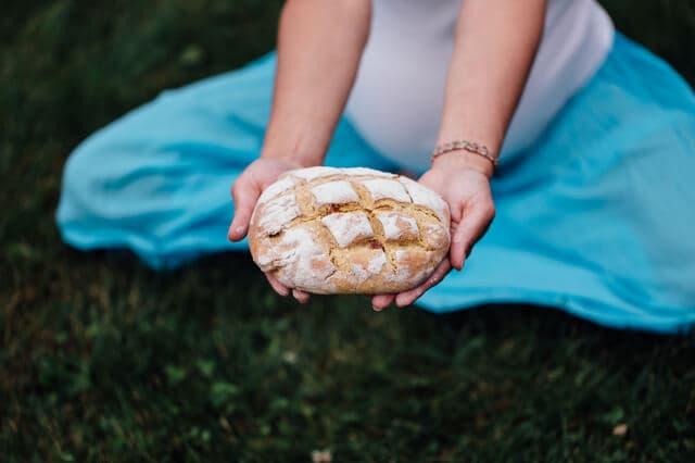 パンを持つ妊婦