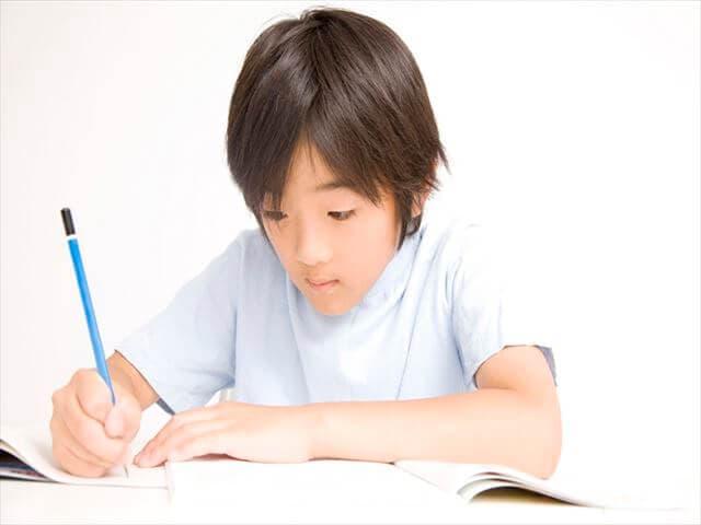 勉強をしている子ども