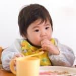 手づかみ食べはいつから始めればいいの?手づかみ食べの教え方
