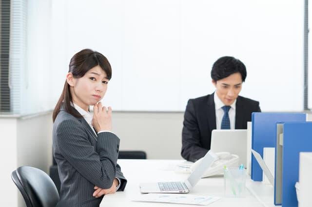 会社で悩む女性