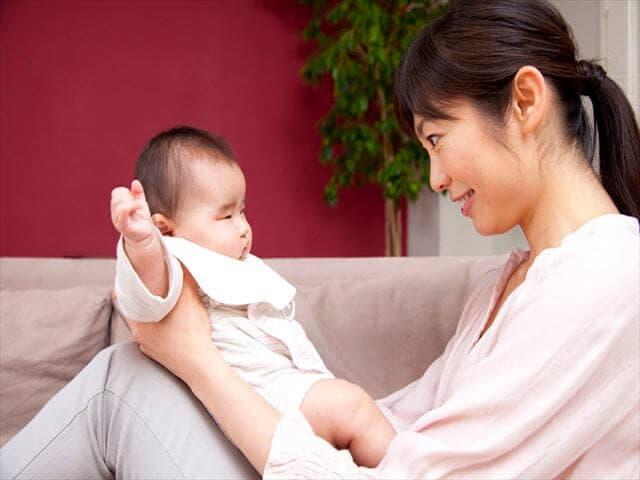 遊んでいるママと赤ちゃん