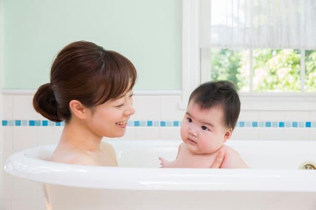 お風呂に入る赤ちゃんと母親