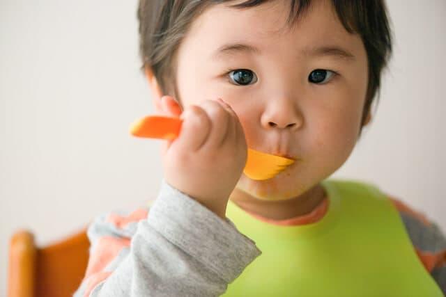 食事をする子ども