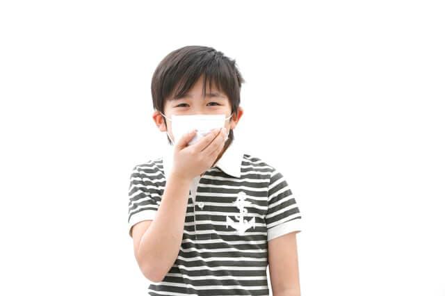 マスクをつける子ども
