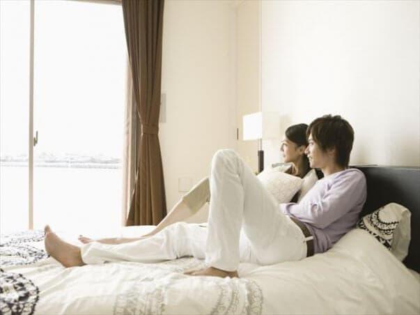 ベッドの上の夫婦