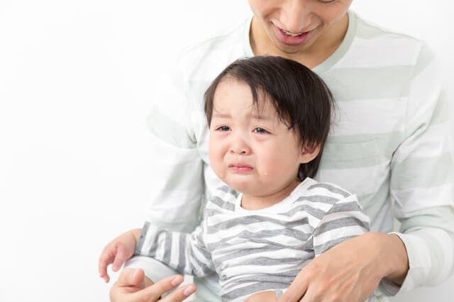 泣く子どもと父親
