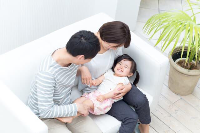両親と遊ぶ子