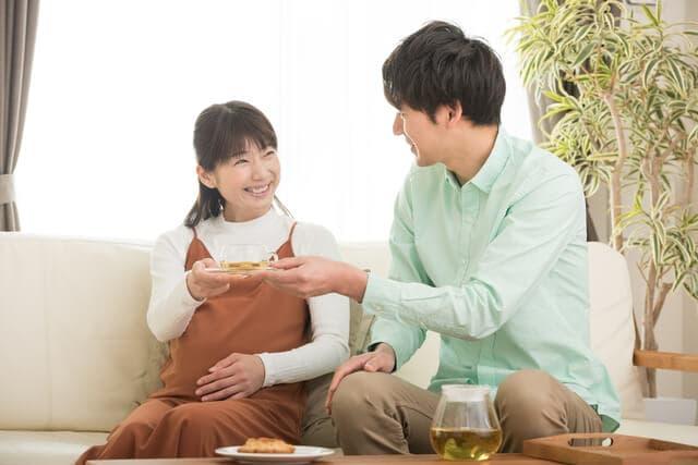 お茶を飲む夫婦