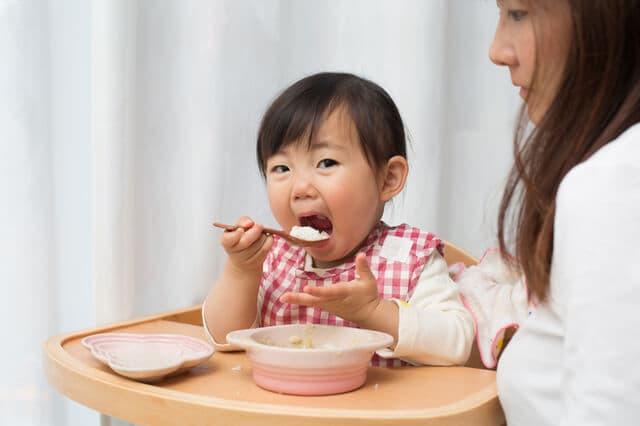 スプーンを使う赤ちゃん
