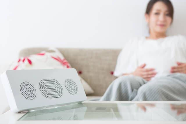 音楽を聴いている妊婦