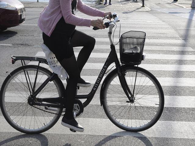 自転車に乗る妊婦