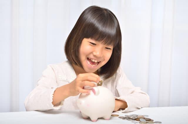 貯金する子ども