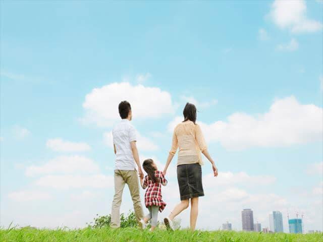 散歩をしている三人家族