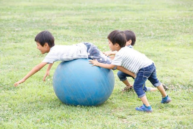 バランスボールで遊ぶ三つ子