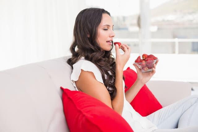 イチゴだけを食べる女性